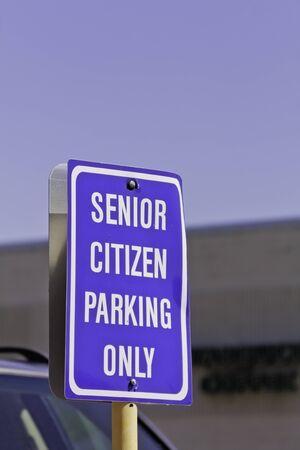 se�al parking: Azul de la tercera edad muestra del estacionamiento en el estacionamiento, retrato
