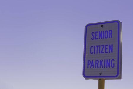 se�al parking: Jubilado se�al de aparcamiento en el estacionamiento