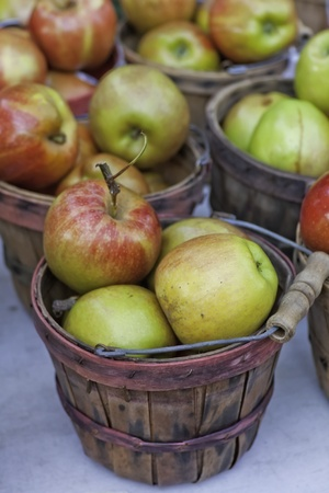 bushel: Bushel baskets filled with fresh green and red apples for sale at local farmers market Stock Photo