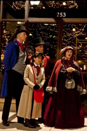 Gekostumeerde Kerstmis Carolers op de 2011 Straten van Southglenn kerstverlichting verlichting ceremonie