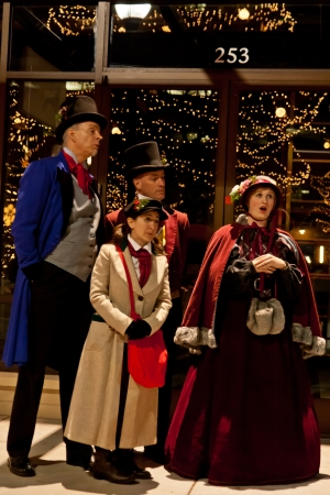 Southglenn 크리스마스의 2011 거리에서 의상 크리스마스 carolers입니다 조명 행사 조명 에디토리얼