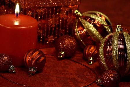 candes: Festive holiday table with red and gold glitter Christmas decorations