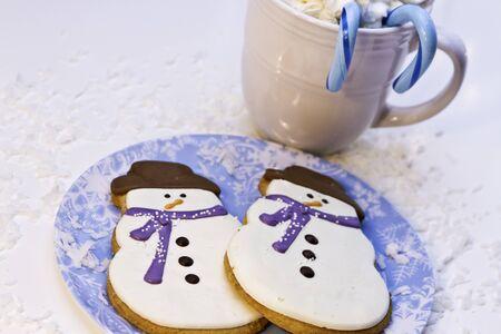 Biscuits de bonhomme de neige de No�l avec chocolat chaud et des cannes de bonbon bleu photo