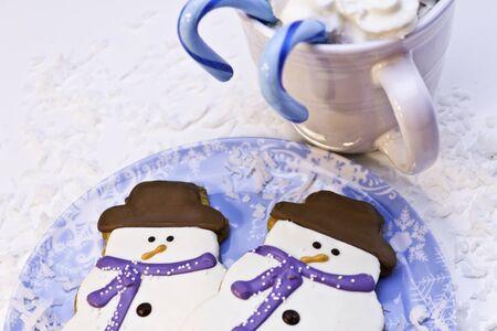 Biscuits de No�l avec des cannes de bonbon et chocolat chaud photo