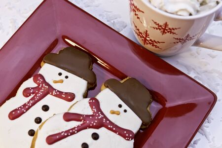 Biscuits de bonhomme de neige d�cor�es et chocolat chaud photo