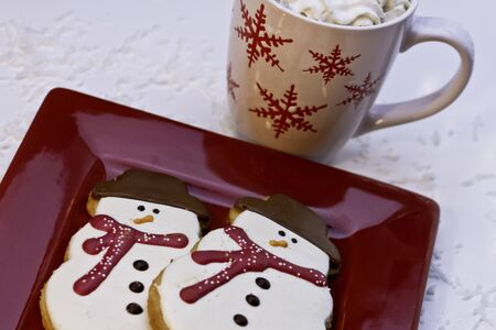 Biscuits de bonhomme de neige de No�l et du chocolat chaud pour le P�re No�l photo