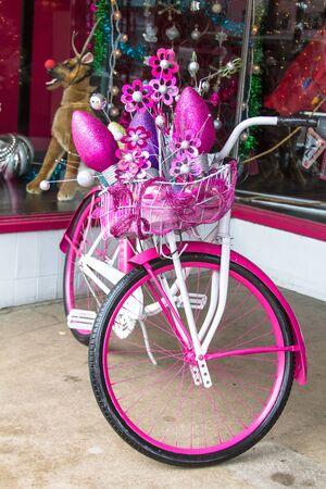 decorated bike: Vecchia bicicletta cruiser scuola rosa e bianco decorato per le vacanze Archivio Fotografico