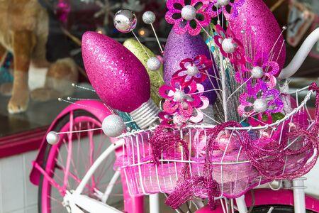 decorated bike: Bicicletta cruiser rosa e bianco decorato per la vacanza Archivio Fotografico