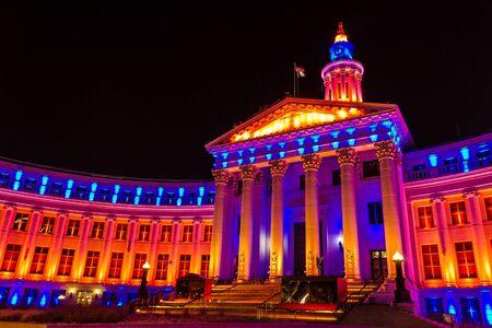 denver co: 2013 Denver City and County Construcci�n de una iluminaci�n especial en Denver Broncos naranja y el azul para los Playoffs de la NFL 2013 Editorial