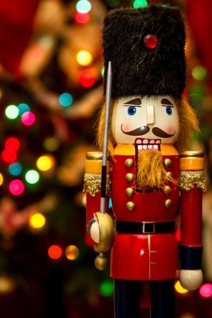 장식 된 크리스마스 트리 앞의 군인 호두 까기 동상 서 스톡 콘텐츠