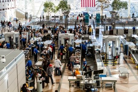 Mensen te wachten in de rij bij TSA controlepost veiligheid op de luchthaven Redactioneel
