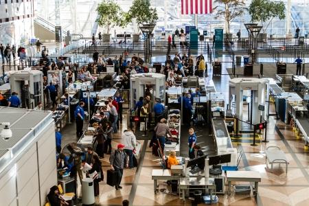사람들은 공항 보안 라인에서 기다리고 에디토리얼