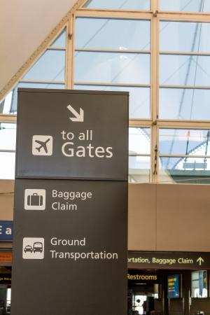 denver co: Se�al de direcci�n en el aeropuerto
