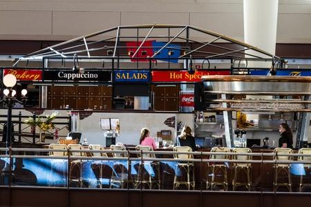 denver co: Gente que se sienta en el patio de comidas del aeropuerto Editorial