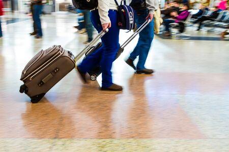 denver co: La gente que camina r�pidamente en el equipaje de aeropuerto tirando