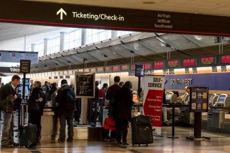 바쁜 공항에서 줄을 발권 검사에서 기다리는 사람들