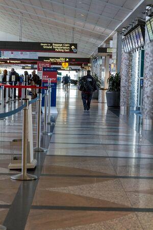 TSA Agent wandelen in de luchthaven Redactioneel
