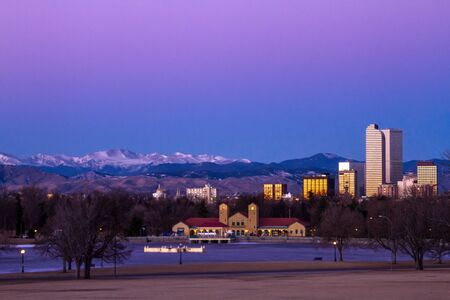 denver co: Denver Colorado horizonte al amanecer, durante el invierno, de Park City y Denver Museum of Science y Nature Foto de archivo