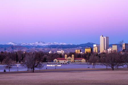 january sunrise: Denver Colorado horizonte al amanecer, durante el invierno, de Park City y Denver Museum of Science y Nature Foto de archivo