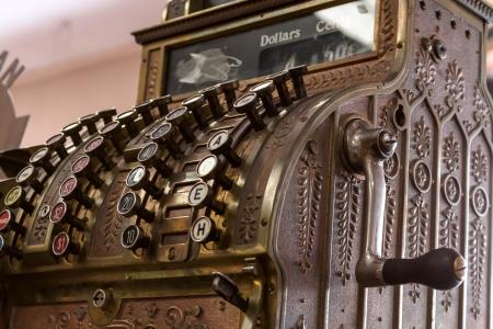 hand crank: Caja registradora antigua de frente y de perfil con manivela