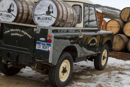 Breckenridge 증류 트럭 위스키와 보드카 배럴에 눈이 주차