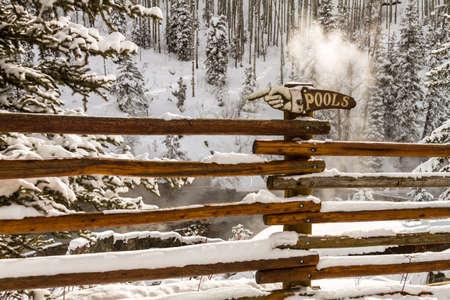 freshly fallen snow: Strawberry Park Hot spings sorgenti calde naturali in inverno dopo la neve appena caduta