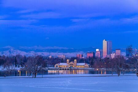 denver co: Denver Colorado horizonte al amanecer, el d�a despu�s de la tormenta de nieve en invierno, de Park City y Denver Museum of Science y Nature