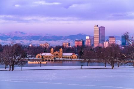 denver co: Denver Colorado horizonte al amanecer, el d?a despu?s de la tormenta de nieve en invierno, de Park City y Denver Museum of Science y Nature