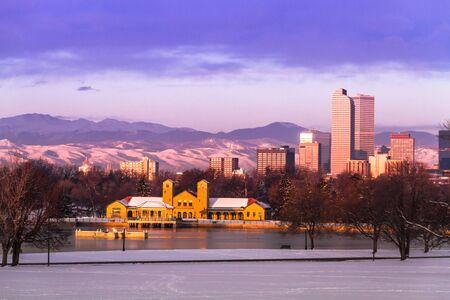 denver co: Denver Colorado horizonte al amanecer, el d?despu?de la tormenta de nieve en invierno, de Park City y Denver Museum of Science y Nature Foto de archivo