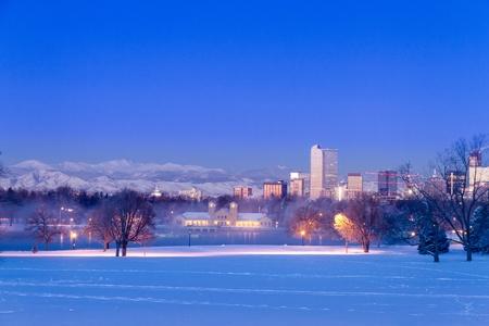 denver co: Denver Colorado horizonte al amanecer, el d�a despu�s de la tormenta de invierno la nieve de Park City y Denver Museum of Science y Nature