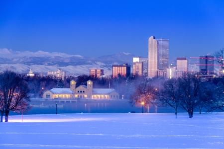 日の出、都市公園および科学のデンバー博物館と自然からの冬の雪の嵐の後の日にコロラド州デンバーのスカイライン