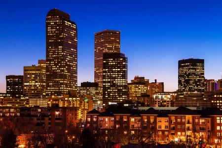 Close-up van Denver Colorado skyline bij zonsondergang tijdens het blauwe uur met verlichte gebouwen
