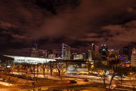 denver co: Iluminado Colorado Convention Center y Denver Colorado horizonte de la noche con el cielo dram�tico noche de invierno