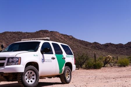루크 빌, AZ, 2013 년 3 월 : 미국 세관 및 국경 보호 트럭이 미국과 멕시코의 국경 인 루크 빌 (Lukeville)에있는 미국 국경 검사소 (Station Border Inspection Station)