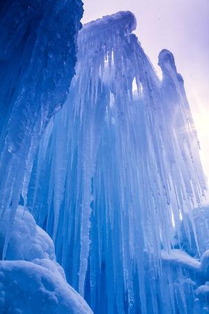 freshly fallen snow: Cerchi fino al cielo astratto di ghiaccio e ghiaccioli formazioni in fredda giornata d'inverno dopo appena caduta neve Archivio Fotografico