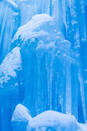 freshly fallen snow: Astratto di ghiaccio e ghiaccioli formazioni appesi su freddo giorno d'inverno coperte di neve appena caduta