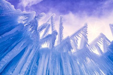 freshly fallen snow: Cerchi fino al cielo astratto di ghiaccio e ghiaccioli formazioni sulla fredda giornata d'inverno dopo appena caduta neve