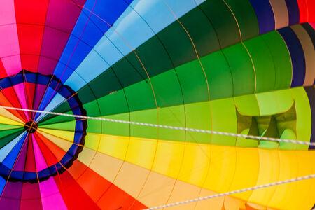 inflation basket: Vista del interior del multicolor globo de aire caliente y la canasta durante el inflado