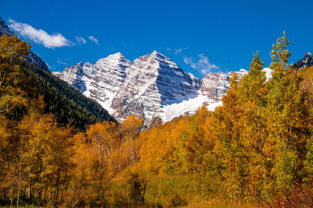 freshly fallen snow: Maroon Bells cime delle montagne coperte di neve fresca vicino ad Aspen Colorado il sole autunno mattina Archivio Fotografico