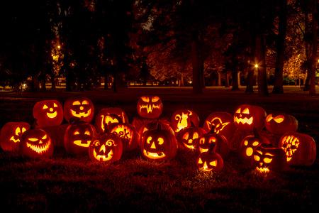 calabaza: Grupo de vela encendida talló las calabazas de Halloween en el parque en la tarde de otoño Foto de archivo