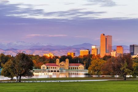 秋の朝にバック グラウンドで都市公園に都市公園のボートハウス、ロッキー山脈からコロラド州デンバーのスカイライン