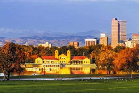 가을 아침에 백그라운드에서 도시 공원 보트 하우스와 록키 산맥과 도시 공원에서 덴버 콜로라도 스카이 라인