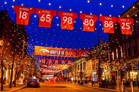 denver co: DENVER COLORADO  EE.UU. - 11 de enero de 2015: la luz especial y firme visualizaci�n de NFL Denver Broncos Unidas en la campa�a de la naranja para el 2015 NFL Playoffs 11 de enero 2015 en Denver, Colorado Editorial