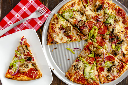 붉은 심장 냅킨과 포크 흰색 접시에 앉아 얇은 빵 껍질 최고 피자 신선한 구운 조각 스톡 콘텐츠
