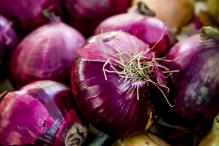 red onions: Purple onions for sale at local farmers market Stock Photo