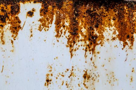 Textura de panel de metal oxidado con pintura blanca descascarada Foto de archivo