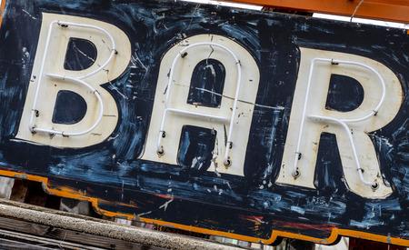 Grungy rostiges altes bemaltes Barschild Standard-Bild