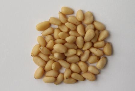 pinoli: Pinoli su uno sfondo bianco
