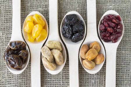 frutos secos: Vista abstracta de los frutos secos en una cuchara de madera