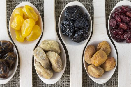 frutas deshidratadas: Vista abstracta de los frutos secos en una cuchara de madera